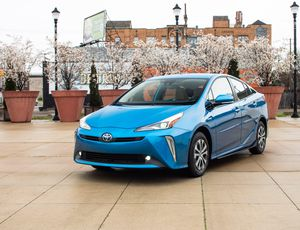 2019 Toyota Prius review: A thrifty hybrid with more grip     – Roadshow